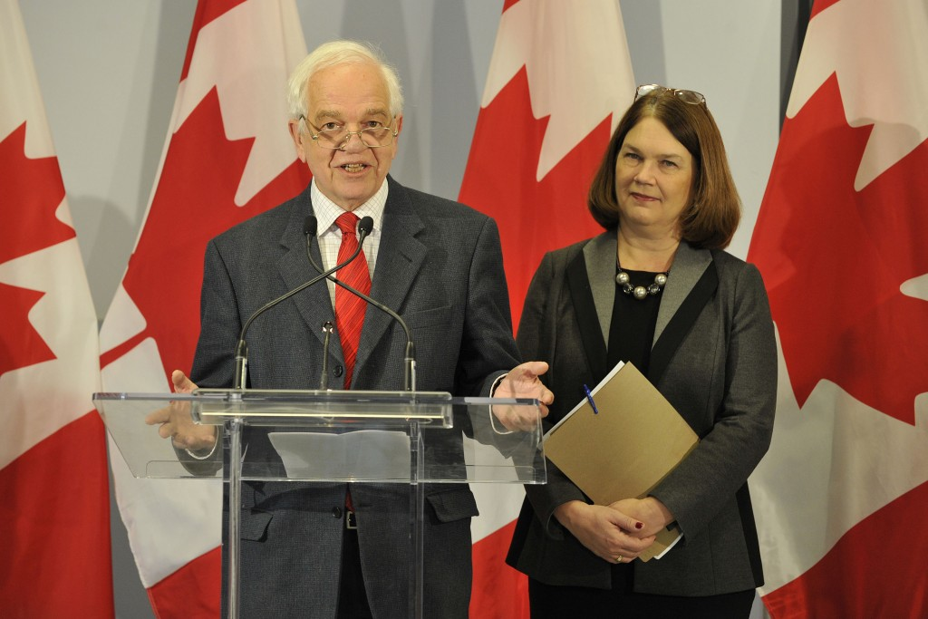 John McCallum, Minister of Immigration, Refugees and Citizenship and Jane Philpott, Chair of the Ad Hoc Cabinet Committee on Refugees and Minister of Health provide a year-end update on Canada's plan to resettle 25,000 Syrian refugees. (IRCC)